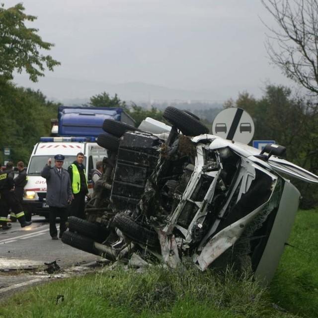 Rannych zostało osiem osób jadących mercedesem i kierowca opla, który spowodował wypadek.
