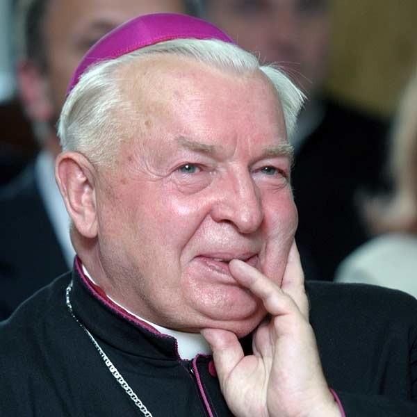"""- Przesłuchiwali mnie, ale zawsze domagałem się dla katolików praw do własnej świątyni. Czyniłem to z szacunkiem, ale i zachowaniem godności polskiego kapłana, i jasno oznajmiałem, że informacje o rozmowach przekazuję do Kurii Metropolotalnej - powiedział bp. K. Górny w wywiadzie udzielonym Tygodnikowi """"Niedziela""""."""