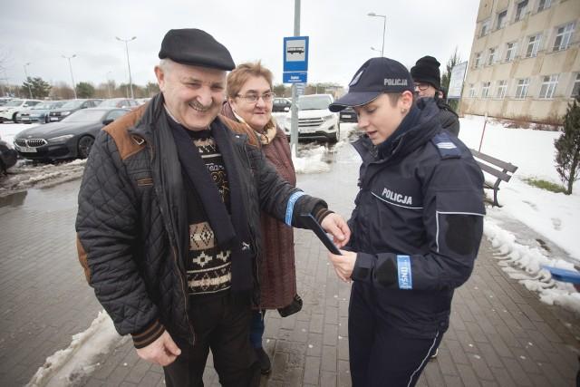 Wojewódzki Szpital Specjalistyczny w Słupsku oraz Komenda Miejska Policji w Słupsku zorganizowały akcję rozdawania odblasków. Pacjenci szpitala oraz przechodnie otrzymali w środę odblaskowe opaski od pracowników słupskiego szpitala i funkcjonariuszy policji.