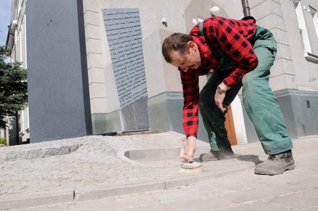 - Jeszcze tylko trzeba zmieść piasek i pomnik gotowy - mówi Zbigniew Cieliński, który przy obelisku układał bruk