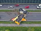 Wypadek w Tychach: Tir wywrócił się na DK1 ZDJĘCIA Z DRONA. Przewoził farby, kierowca jechał zbyt szybko