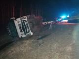 W Sartowicach przewróciła się ciężarówka. Kierowca najprawdopodobniej zasnął w trakcie jazdy