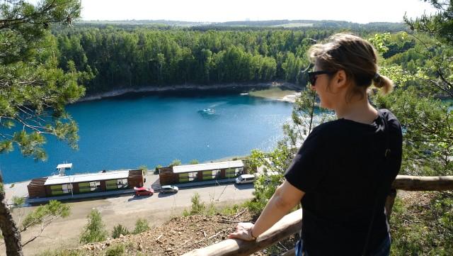 Lazurowa piękna woda i wysokie klify czekają na nas w Parku Gródek w Jaworznie, to miejsce zostało okrzyknięte Polskimi MelediwamiZobacz kolejne zdjęcia. Przesuwaj zdjęcia w prawo - naciśnij strzałkę lub przycisk NASTĘPNE
