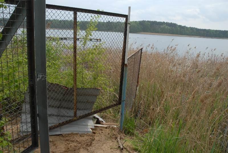 """Ośrodek Camp Cadet w Lubiatowie jest szczelnie chroniony przed """"obcymi"""". Teraz jest w płocie jeszcze szczelina, dla wędrowców."""