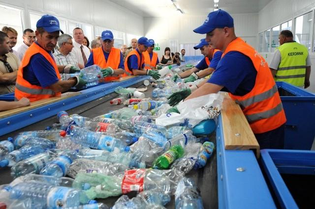 Surowce wtórne wyławiane z komunalnych śmieci trafiają na specjalną linię, gdzie dzielone są na poszczególne rodzaje. Tu już nie pomoże maszyna i robić to muszą ludzie.