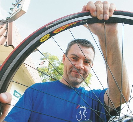 - Robert Maciąg majstruje właśnie przy rowerowym kole. - Robię to, co kocham, więc satysfakcja jest niesamowita - przekonuje.