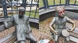 """Gdańsk Wrzeszcz: Na pl. Wybickiego pomazano pomnik Güntera Grassa i Oskara z """"Blaszanego Bębenka"""". Sprawa została zgłoszona policji"""