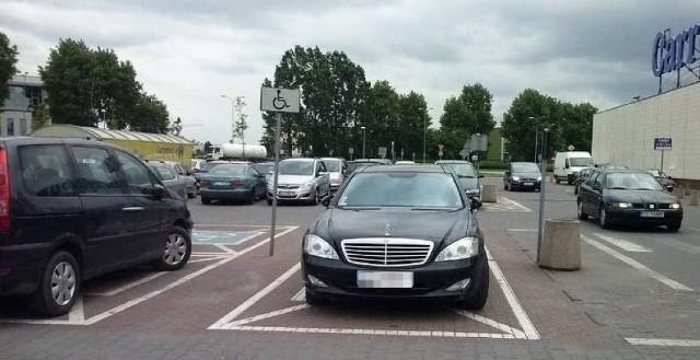 """Co jakiś czas przypominamy zdjęcia tzw. """"mistrzów parkowania"""" z Torunia i regionu. Dla nich inni użytkownicy dróg i chodników kompletnie się nie liczą. Zobaczcie zdjęcia, które otrzymaliśmy od naszych Czytelników. Czekamy na kolejne zdjęcia od Was pod adresem e-mail: online@nowosci.com.plCzytaj dalej. Przesuwaj zdjęcia w prawo - naciśnij strzałkę lub przycisk NASTĘPNE"""