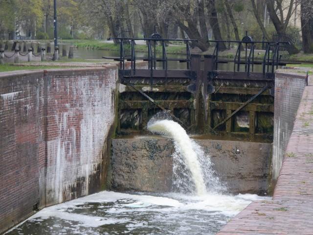 Zabytkowa śluza przy ulicy Wrocławskiej na starym kanale w Bydgoszczy