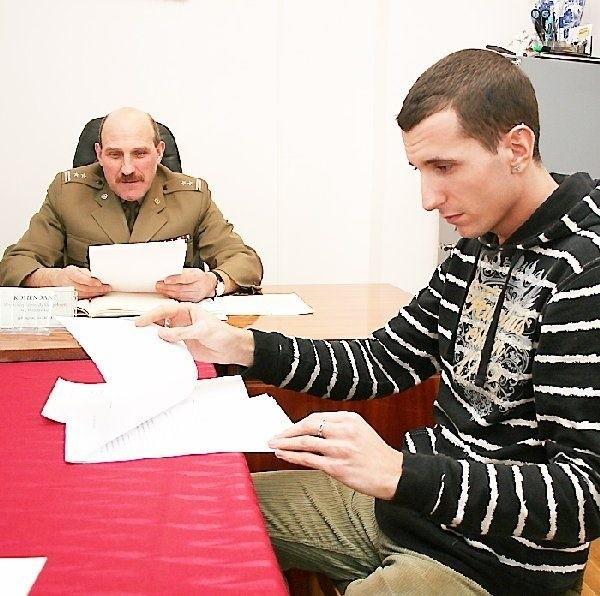 Ppłk Jan Sroka i Kamil Wąsikowski,  zainteresowany zdobyciem prawa jazdy kat. C.