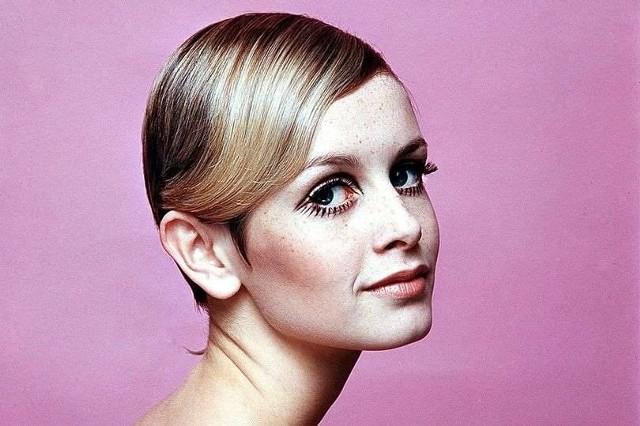 """Ikona """"Swinging London"""" czyli Twiggy, to angielska topmodelka, której kariera zaczęła się właśnie od fryzury. W 1966 roku Lesley Hornby - bo tak właściwie nazywa się modelka - trafiła """"pod nożyczki"""" znanego w Londynie fryzjera, Leonarda. Krótkie, chłopięce włosy zwróciły uwagę mediów, ułatwiając modelce rozpoczęcie błyskotliwej kariery. Od tej pory tysiące kobiet w salonach fryzjerskich """"dzień dobry"""" zastąpiły """"na Twiggy proszę""""."""