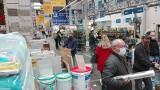 Rząd zamyka sklepy budowlane, meblowe i elektroniczne. Piątek, 26 marca to ostatni dzień na zakupy. Klientów w sklepach jest sporo