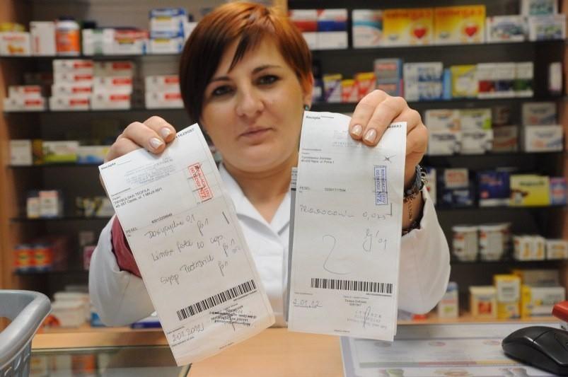 """Karolina Kułaga z apteki """"Na dobre i na złe"""" przy ul. Kościuszki w Opolu pokazuje recepty z pieczątką """"Refundacja leku do decyzji NFZ""""."""