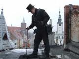 Polacy oszczędzają na kominiarzach. Szok, czym próbują czyścić kominy...