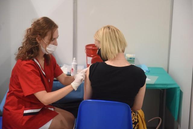 Czwarta fala pandemii jest już w Polsce, o czym świadczy rosnąca liczba zakażeń COVID-19. Ministerstwo Zdrowia zachęca do szczepień przeciwko tej chorobie