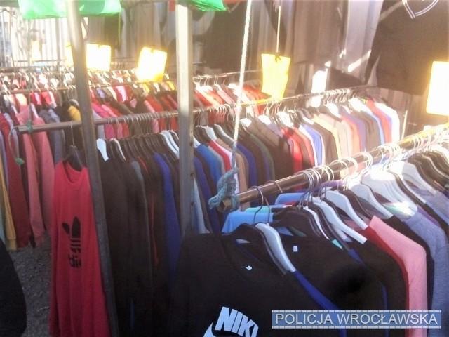 Mężczyźnie za handel podrobionymi ubraniami grozi kara pozbawienia wolności nawet do 2 lat