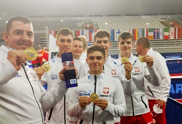 Patryk Jendrzejewski stoi pierwszy z lewej