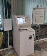 Nowe urządzenie w oddziale NBP na ul. Pięknej 1. Maszyna zlicza monety, a kasjer wypłaca banknoty