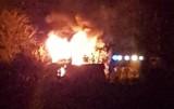 57-letnia kobieta trafiła do szpitala po pożarze w Wielu w gminie Karsin. Drewniana altana spłonęła doszczętnie