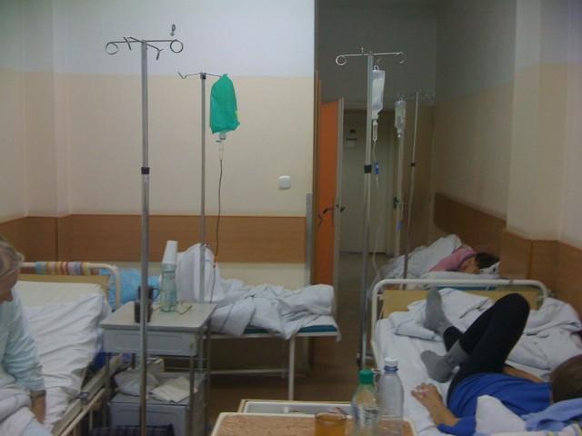 Śmiertelnie chorzy ludzie są stłoczeni jak śledzie. Między łóżkami krążą pielęgniarki, bardzo oddane pacjentom, potykając się co chwila, a nam trudno dostać się do toalety - pisze w liście do redakcji pacjentka oddziału.