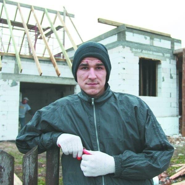Marcin pomaga jak może w budowie nowego domu, aby jego rodzina mogła się wreszcie wprowadzić.