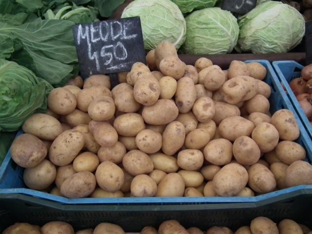 Ziemniaki to nieodłączny element wielu obiadów. To także składnik jednej z ulubionych przekąsek: frytek i chipsów. Ziemniaki to źródło energii, białka, a także witamin i składników mineralnych. Zobaczcie, kto powinien jeść ziemniaki a kto ich unikać. Szczegóły na kolejnych zdjęciach >>>