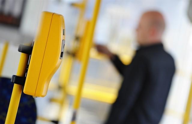 Z wrocławskich autobusów i tramwajów znikną tradycyjne kasowniki, na przystankach pojawi się więcej biletomatów, a bilet miesięczny będzie można zakodować nie tylko na UrbanCard, ale również na swojej karcie bankomatowej. To tylko część zmian, które czekają pasażerów komunikacji miejskiej we Wrocławiu. Miasto podpisało dziś z Mennicą Polską umowę w sprawie wprowadzenia nowego systemu dystrybucji biletów MPK. Co się zmieni? Zobacz na kolejnych slajdach, posługując się klawiszami strzałek na klawiaturze albo gestami.
