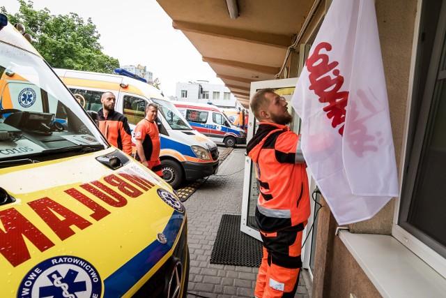 Ratownicy medyczni protestują już ponad miesiąc. Rząd wciąż nie spełnia ich postulatów. Formy akcji eskalują.