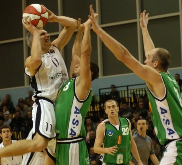 Koszykarze z Krosna mają okazję pomóc sobie i Siarce. Nz. fragment meczu obu wymienionych ekip. W akcji  Piotr Pluta.
