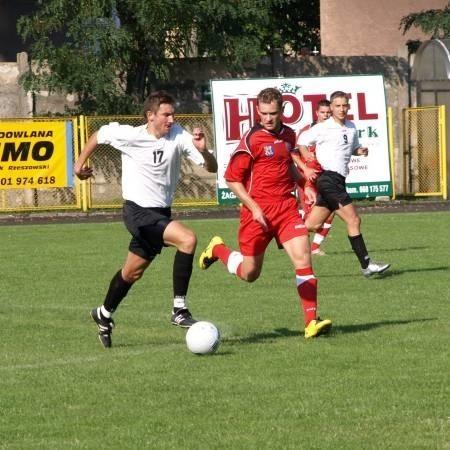 W inauguracyjnym meczu drugiej ligi Czarni przegrali u siebie z Miedzią 0:2 (na zdjęciu Michał Bała - z lewej - walczy o piłkę z Pawłem Woźniakiem). W sobotnim rewanżu w Legnicy żaganianie wyrwali rywalom trzy punkty w ostatniej minucie meczu.