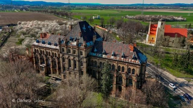 """Mroczna historia szpitala w Mokrzeszowie na Dolnym Śląsku. Miała tu być """"fabryka aryjskich dzieci"""""""