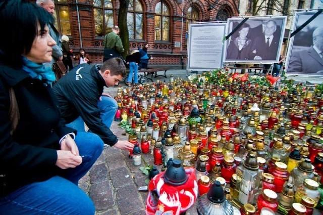Sobota 10 kwietnia 2010 roku była inna niż wszystkie. Informacje o tym, że w katastrofie lotniczej pod Smoleńskiem zginęło  96 osób – 88 pasażerów i 8 członków załogi wstrząsnęła całym krajem. Wśród ofiar był prezydent Lech Kaczyński z małżonką oraz całe grono wybitnych postaci życia publicznego w Polsce. W całym kraju ludzie wyszli na ulice, udali się do kościołów, by wspólnie przeżywać ten trudny czas. Nie inaczej było w Toruniu. Zobaczcie zdjęcia.Czytaj dalej. Przesuwaj zdjęcia w prawo - naciśnij strzałkę lub przycisk NASTĘPNE