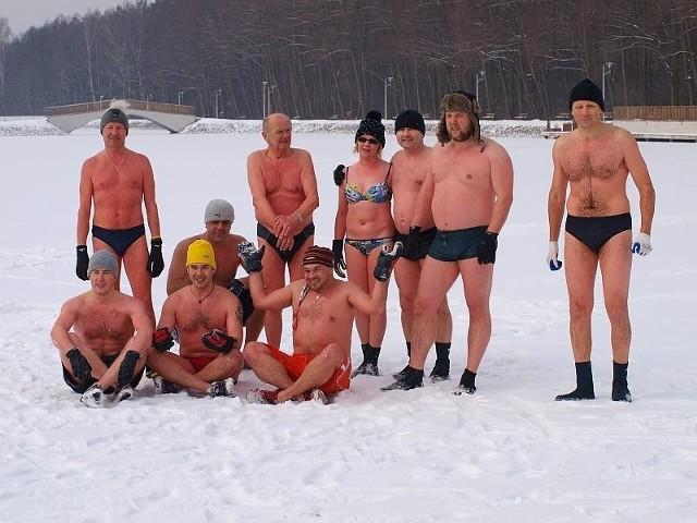 Po kąpieli i wytarzaniu się w śniegu morsy pozowały do zdjęcia.