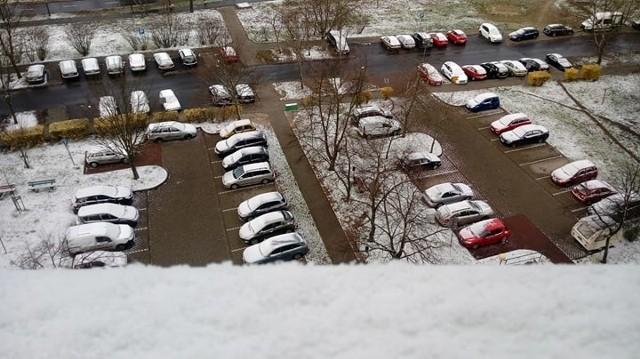 """31 marca 2020 r. Dokładnie 10 dni od rozpoczęcia kalendarzowej wiosny, a co mogą powiedzieć kierowcy? """"Zima nas w tym roku zaskoczyła"""". IMGW ostrzegał przed oblodzeniami i zmianą pogody, ale mało kto chciał uwierzyć jeszcze w to, że zobaczy śnieg. A jednak. Rano wielu gorzowian i zielonogórzan przecierało oczy ze zdumienia! Uwaga! Nocne przymrozki (do -4 stopni C) prognozowane są także w środę. Natomiast śnieg z deszczem może popadać w czwartek. W końcu… kwiecień plecień, bo przeplata: trochę zimy, trochę lata."""