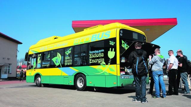 Łomża. Przyszłość komunikacji to zielone czerwoniaki Podczas Dnia Otwartego w łomżyńskim MPK można było zobaczyć, a nawet przejechać się elektrycznym autobusem firmy Solaris. Dwa takie ekologiczne pojazdy zakupiło MZK w Ostrołęce.
