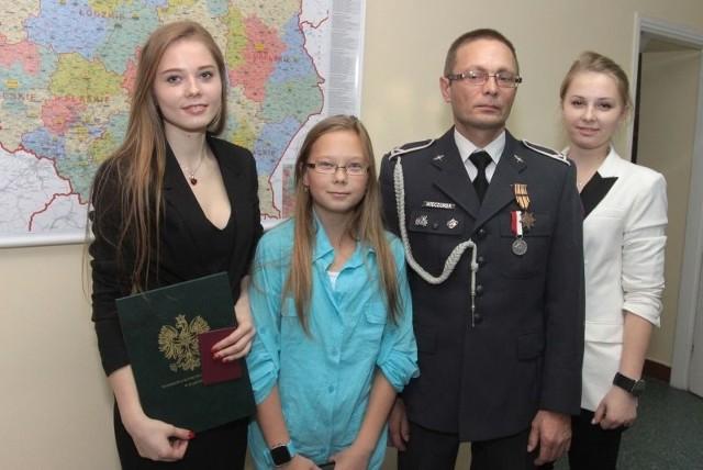 Radomianinowi sierżantowi sztabowemu rezerwy Adamowi Wieczorkowi podczas wręczania odznaczenia towarzyszyły trzy córki, od lewej: Marlena, Patrycja i Milena.