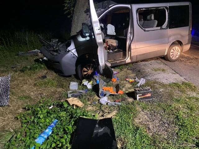 Na DK nr 11 w Budzyniu bus uderzył w drzewo. Autem podróżowała 8-osobowa rodzina: dwoje rodziców i sześcioro dzieci w wieku od 3 miesięcy do 12 lat.