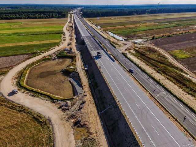 Budowa autostrady A1. Tak wygląda pierwszy, udostępniony kierowcom fragment autostrady A1 tuż za granicą województwa śląskiego. Po ok. 5-km części jednej nitki betonowej autostrady odbywa się już ruch. To odcinek D.Zobacz kolejne zdjęcia. Przesuwaj zdjęcia w prawo - naciśnij strzałkę lub przycisk NASTĘPNE
