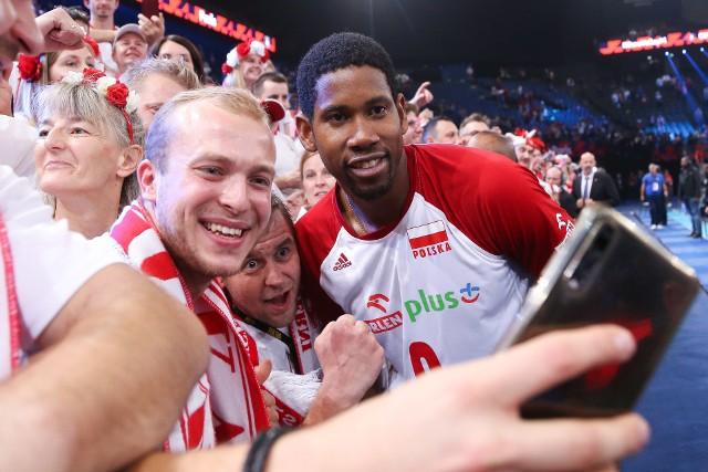 Polscy kibice nie zawiedli w ostatni weekend mistrzostw Europy. W meczu o trzecie miejsce z drużyną narodową Francji (3:0 dla Polski) znów byli ogromnym wsparciem dla reprezentacji Polski. Zobacz, jak bawili się w hali Bercy w Paryżu. >>>