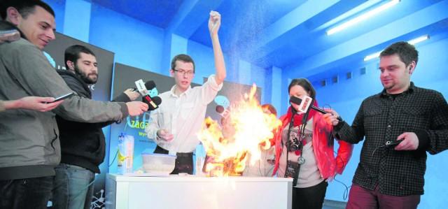 Instytut Fizyki Uniwersytetu Śląskiego ostrzega: przed świętami uważajmy w kuchni! Szczególnie na... gwałtownie spalającą się mąkę albo na cytrusy. Naukowcy pokazali  kilka wybuchowych eksperymentów. Filmy z eksperymentów zobacz na dziennikzachodni.pl