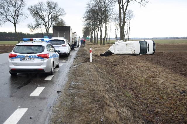 Jeden z pojazdów w wyniku zdarzenia dachował.