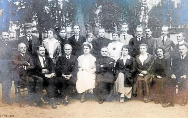 Rada Pedagogiczna w roku szkolnym 1919/20. W środku dyrektor ksiądz dr Stanisław Hałko. W tle stary gmach poczty z XIX wieku.