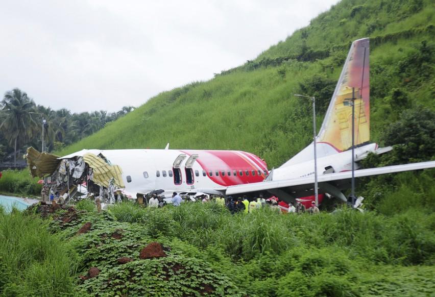 Katastrofa samolotu linii Air India Express. Boeing-737 rozbił się podczas lądowania na lotnisku Calicut [ZDJĘCIA] Są ofiary śmiertelne
