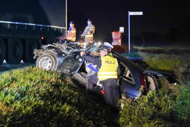 Żle wycofujący kierowca ciężarówki zderzył się z oplem corsą. Dla kierującej i pasażera tego drugiego pojazdu nie skończyło to się dobrze