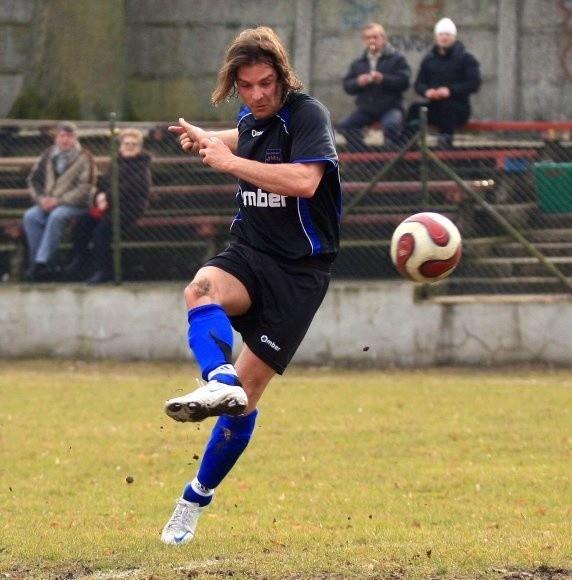 Andrzej Paruch (na zdjęciu) strzela gola dla Sparty Gryfice w meczu z Pogonią Barlinek.
