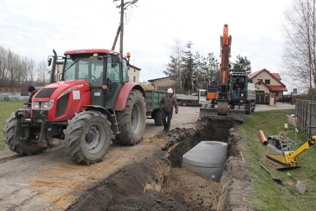 W ul. Żeromskiego już ułożono kanalizację sanitarną.