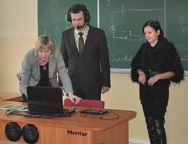 Walory pracowni sprawdził również wójt Sławomir Kowalczyk. W roli konsultanta wystąpiła dyrektor Elżbieta Szczęsna-Kusak.