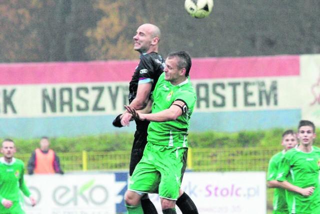 Do piłki skaczą Rafał Bobrowski z Gryfa Słupsk i Łukasz Stasiak z GKS Przodkowo. Jeszcze wiosną grali w jednym zespole. Jesienią przyszło im walczyć przeciwko sobie.