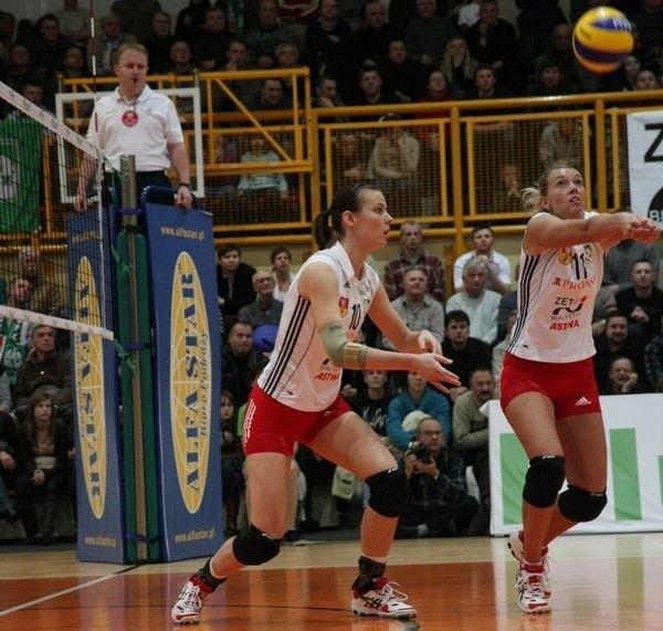 Czeska rozgrywająca Pronaru Zeto Astwy, Lucie Muhlsteinova (z prawej) będzie miała za zadanie zgubić blok Muszynianki.