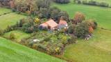 Holandia: Szokujące odkrycia na farmie w Ruinerwold. Ojciec i szóstka dzieci żyli 9 lat w piwnicy, czekając na koniec świata [WIDEO]